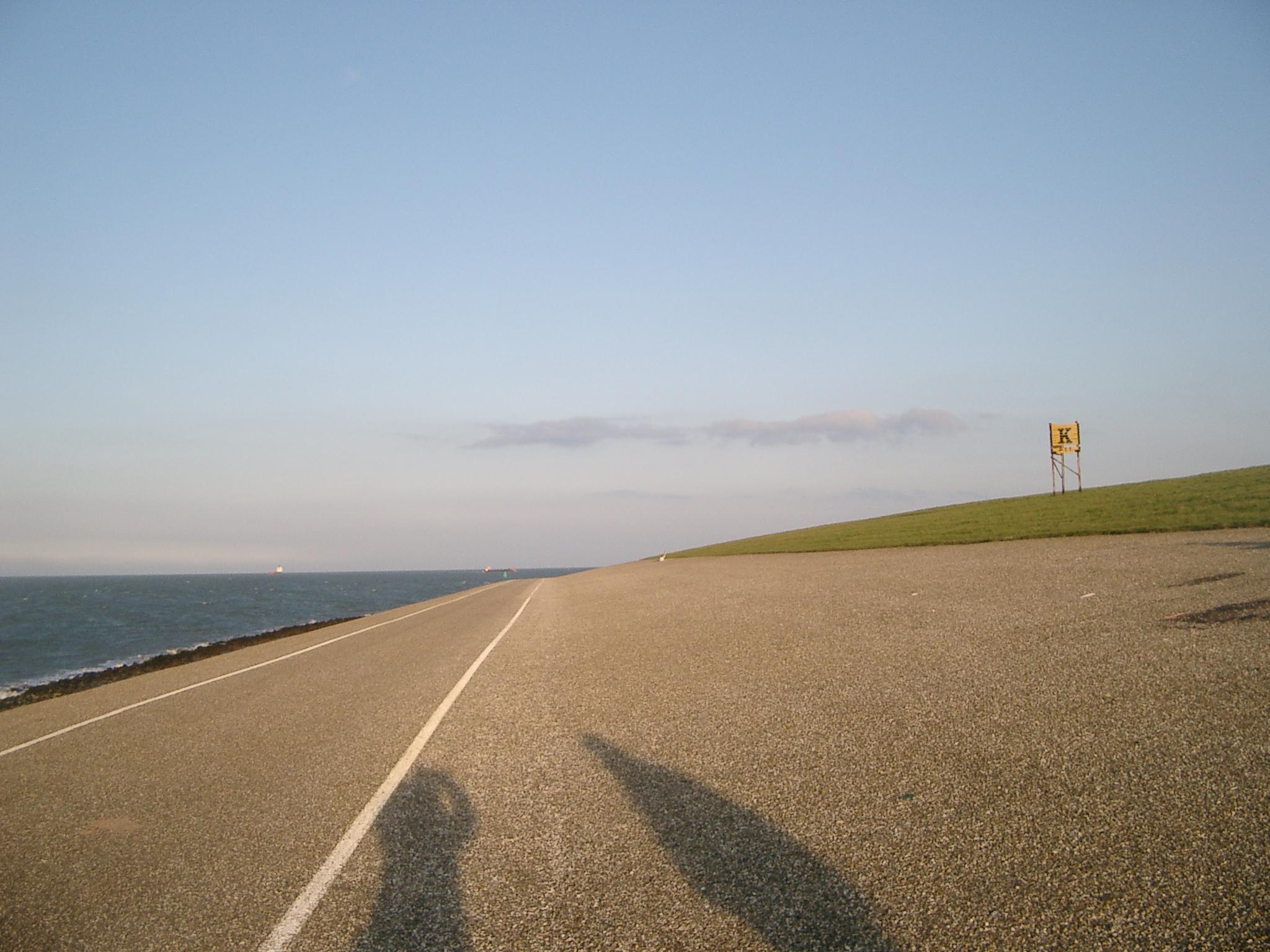 ทะเลที่นี่ไม่มีหาดทรายสวยๆ นะคะ มีถนน เห็นเส้นสีขาวไหมคะ ตรงกลางนั้นให้รถวิ่งค่ะ และเส้นริมด้านที่ติดทะเลนั่น ให้จักรยานค่ะ !!!